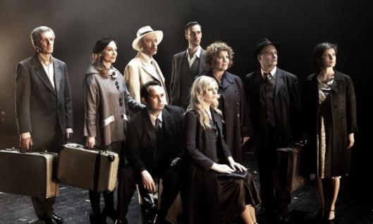 «Ποιος τη ζωή μου» η ζωή του Μίκη Θεοδωράκη στη σκηνή του θεάτρου BADMINTON. Γράφει η Έφη Ρουμελιώτη