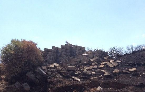 Αυτοψία στο τείχος της Αρχαίας Μεσσήνης, μετά την πυρκαγιά