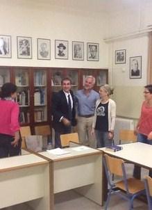 Αιφνιδιαστική επίσκεψη Ανδρέα Λοβέρδου σε εσπερινό σχολείο στα Τρίκαλα