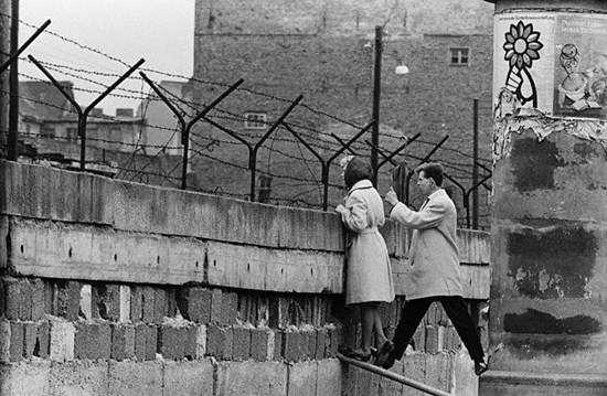 «Το Τείχος του Βερολίνου: η ανέγερση και η πτώση» της Αντιγόνης Καρύτσα
