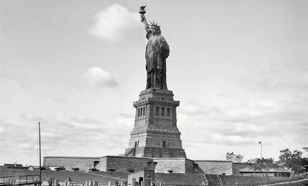 «Το άγαλμα της ελευθερίας και η συνομιλία δύο ποιητών: Κ. Καρυωτάκη και Κ. Βάρναλη» της Γιώτας Ιωακειμίδου