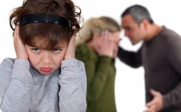 Αποτέλεσμα εικόνας για γονείς τσακώνονται μπροστα σε παιδι