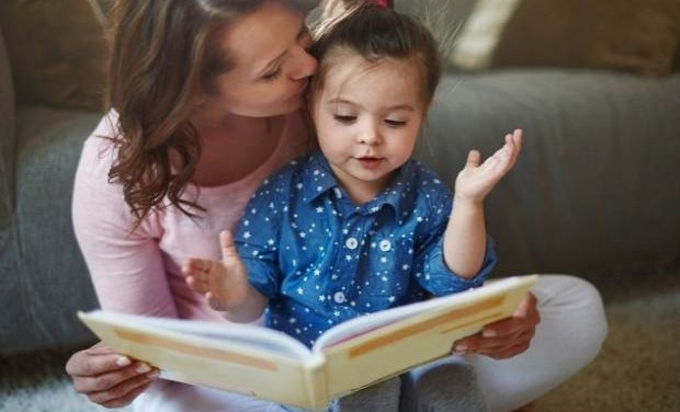 «Γιατί να διαβάζετε παραμύθια στα παιδιά σας» του ψυχολόγου Πάτροκλου Παπαδάκη