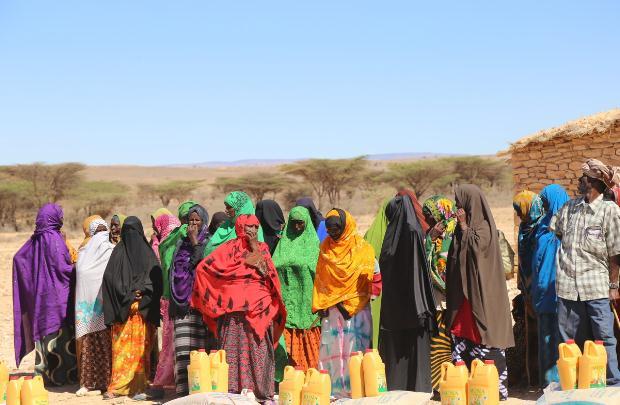 Γυναίκες και άνδρες στη Σομάλιλαντ με είδη πρώτης ανάγκης σε διανομή από την ActionAid Σομάλιλαντ