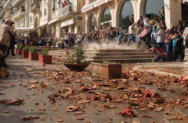 Το σπάσιμο των κανατιών στην Κέρκυρα το Μ. Σάββατο