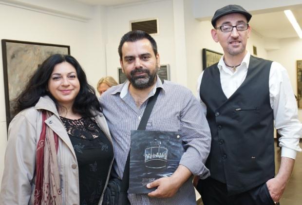 Η εικαστικός Αγγελική Μπόμπορη, ο υπεύθυνος επικοινωνίας της έκθεσης κ. Δημήτρης Λαζάρου και ο ζωγράφος Σπύρος Λύτρας