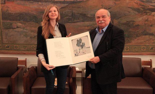 Η Βουλή βράβευσε τη νικήτρια της Παγκόσμιας Ολυμπιάδας Νεοελληνικής Γλώσσας 2016
