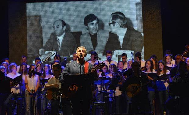 Μια βαθιά υπόκλιση στον Σταύρο Κουγιουμτζή – Περισσότεροι από 7000 θεατές στη ΒΡΑΔΙΑ ΤΙΜΗΣ για τον μεγάλο συνθέτη