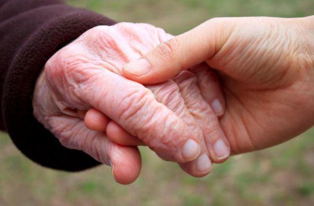 Πώς να βοηθήσετε κάποιον που έχει Αλτσχάιμερ