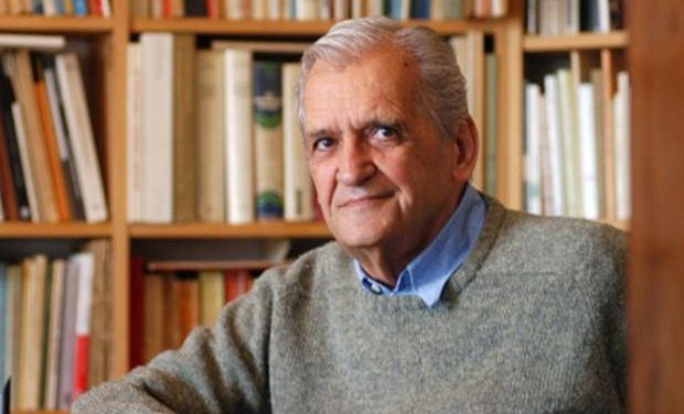 Ο συγγραφέας Τίτος Πατρίκιος υπογράφει τα βιβλία του στο τμήμα Λογοτεχνίας του ΙΑΝΟΥ της Αθήνας