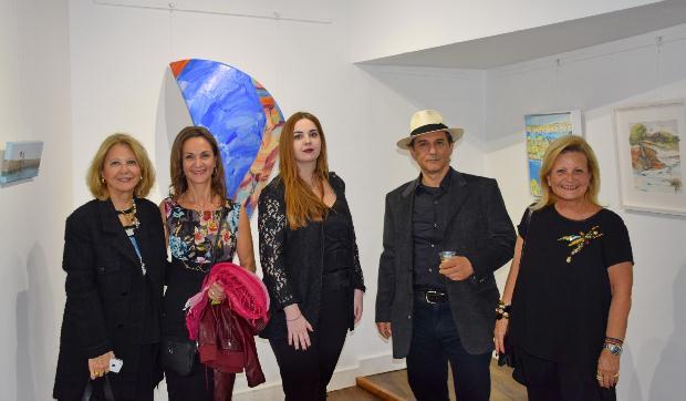 Αριστερά προς τα δεξιά, οι εικαστικοί που συμμετέχουν στην έκθεση: Κατερίνα Μαυρολέων, Έλενα Αντωνίου, Σοφία Rose Κοσμίδου, Γιάννης Αντωνόπουλος και Νίκη Μιχαηλίδου.