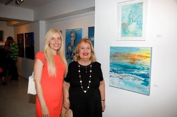 Η συμμετέχουσα εικαστικός Ελένη Σαμέλη Βαρουξάκη με την διεθνή τεχνοκριτικό κι ιστορικό τέχνης κ. Έμμυ Βαρουξάκη