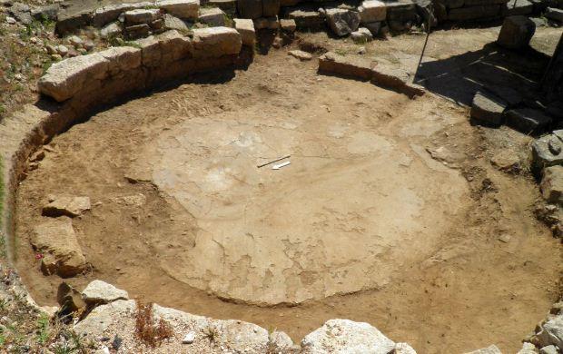 Βοτσαλωτό δάπεδο στο Μικρό Θέατρο της Αμβρακίας