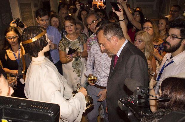 Ο Γάλλος πρέσβης Κριστόφ Σαντεπί σερβίρεται από την αυτόματη θεραπαινίδα του Φίλωνος