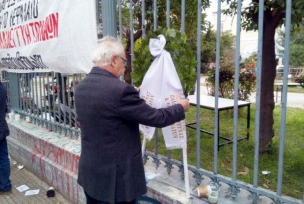 Στεφάνι δίπλα στην πύλη του Πολυτεχνείου κατέθεσε ο Υπουργός Παιδείας