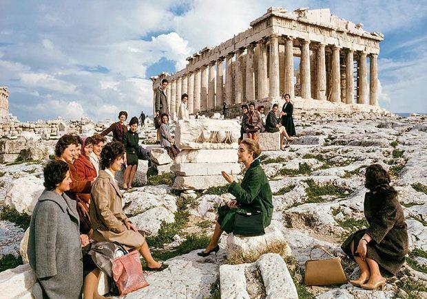 Επιμόρφωση Ελληνίδων που πρόκειται να μεταναστεύσουν υπερατλαντικά ως οικιακοί βοηθοί ©Νational Geographic, 1963, nο. 312