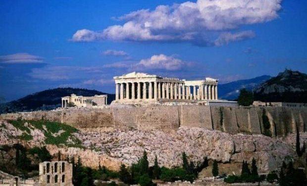 Γιατρός και νοσηλευτές στον αρχαιολογικό χώρο της Ακρόπολης