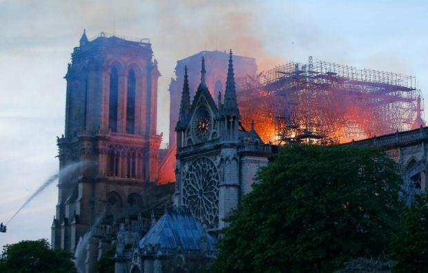 Φωτιά στη Notre Dame: καταστράφηκε ο καθεδρικός ναός του Παρισιού