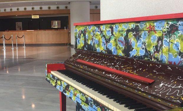 Ένα πιάνο διαφορετικό απ' όλα τα άλλα, ένα πιάνο για όλους στο φουαγιέ του ΜΜΘ