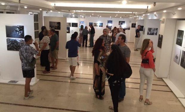 Με επιτυχία τελέστηκαν τα εγκαίνια της έκθεσης «Reflect on Me» στη Venus Gallery στη Μύκονο