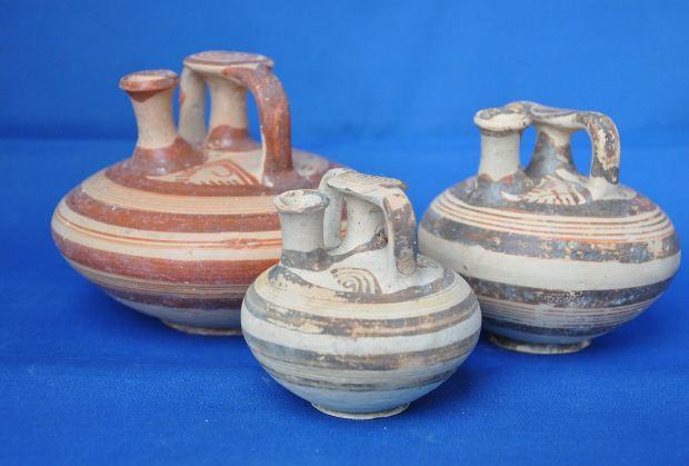 Πήλινα αγγεία, ψευδόστομοι αμφορίσκοι και στενόλαιμη πρόχους, από τον τάφο που διέσωσε και την οροφή του θαλάμου, περίπου 1.400 - 1.300 π.Χ.