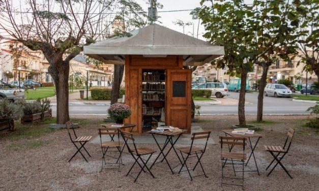 Το ξύλινο περίπτερο στα Φιλιατρά Μεσσηνίας έγινε βιβλιοθήκη!