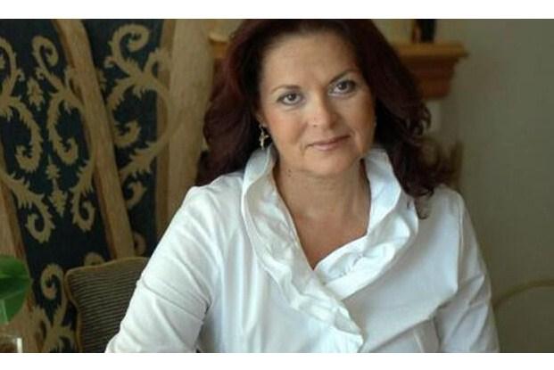 Η Φιλομήλα Λαπατά υπογράφει τα βιβλία της στο τμήμα Λογοτεχνίας του ΙΑΝΟΥ.