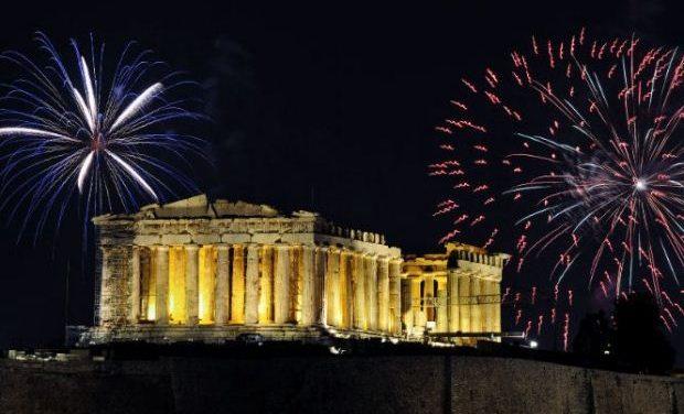Η Αθήνα υποδέχεται τη νέα χρονιά με ένα μαγευτικό show, πυροτεχνήματα και λάμψη!