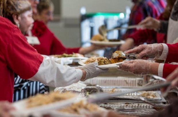 Γεύμα αγάπης για τις ευπαθείς ομάδες από το Κέντρο Υποδοχής και Αλληλεγγύης του Δήμου Αθηναίων