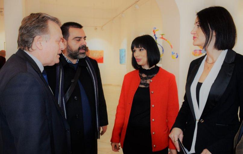 Ο κ. Γιώργος Κοντογιάννης συνομιλεί με τον Δημήτρη Λαζάρου, τη σκηνοθέτιδα Μαρία Κατσιώνη και την ηθοποιό και χορογράφο Γεωργία Ταϋγέτη Καραμέρου