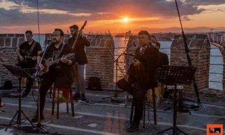 Ο Κώστας Μακεδόνας τραγουδά από τον Λευκό Πύργο!