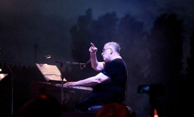 Ο Χρήστος Θηβαίος παρουσιάζει τον «ηλεκτρικό» Θάνο Μικρούτσικο, 27 Αυγούστου στην Τεχνόπολη