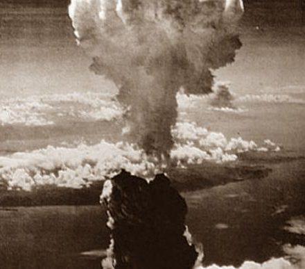 """Η ρίψη ατομικής βόμβας στη Χιροσίμα και το Ναγκασάκι τον Αύγουστο του 1945 αποτελεί ένα από τα μεγαλύτερα εγκλήματα κατά της ανθρωπότητας. Με τον τρόμο που προκάλεσε αναδείχτηκε σύμβολο υπέρ της παγκόσμιας ειρήνης και του πυρηνικού αφοπλισμού και οδήγησε στο τέλος του Δευτέρου Παγκοσμίου Πολέμου με την παράδοση της Ιαπωνίας λίγες μέρες αργότερα. Ο βομβαρδισμός της Χιροσίμα από τις ΗΠΑ έλαβε χώρα λίγο πριν τη λήξη του Β"""" Παγκοσμίου πολέμου, στις 6 Αυγούστου 1945 και ήταν η πρώτη πολεμική πυρηνική επίθεση της Ιστορίας. Η βόμβα ήταν τύπου ουρανίου 235, η οποία είχε λάβει το προσωνύμιο «Little Boy» (αγοράκι) στο κέντρο συναρμολόγησης και δοκιμών Αλαμογκόρντο. Τα αποτελέσματα της έκρηξης δεν ήταν γνωστά εκ των προτέρων, μια και τέτοιου τύπου βόμβα δεν είχε δοκιμαστεί, όπως η βόμβα πλουτωνίου, που ακολούθησε. Τη ρίψη της έκανε ο συνταγματάρχης Πολ Τίμπετς, κυβερνήτης ενός αεροσκάφους Β29 της Αεροπορίας Στρατού, στο οποίο είχε δώσει το όνομα της μητέρας του, «Ένολα Γκαίυ». Το Β29 υπέστη ισχυρή ανατάραξη με την έκρηξη της βόμβας, παρά το γεγονός ότι απείχε ήδη 18 περίπου χιλιόμετρα από το σημείο της έκρηξης. Υπολογίζεται ότι επιτόπου φονεύθηκαν περίπου 70.000 άτομα, οι περισσότεροι άμαχοι. Πολύ περισσότεροι πέθαναν αργότερα ή έπαθαν σημαντικές βλάβες στην υγεία τους λόγω της ραδιενέργειας. Από την πόλη διασώθηκε μόνον ο θόλος (από μπετόν) και ο σκελετός του κτιρίου που τον στήριζε. Πριν την έκρηξη αυτό ήταν το κτίριο που στέγαζε την «Εμπορική Έκθεση της Περιφέρειας της Χιροσίμα». Ο θόλος υπάρχει και σήμερα, όπως ακριβώς απέμεινε μετά την έκρηξη, και είναι από τα διατηρητέα Μνημεία Παγκόσμιας Πολιτιστικής Κληρονομιάς της ΟΥΝΕΣΚΟ. Λίγες μέρες αργότερα, στις 9 Αυγούστου 1945, οι Αμερικανικές δυνάμεις έριξαν τη δεύτερη (και τελευταία μέχρι σήμερα πυρηνική βόμβα εναντίον ανθρώπων) στο Ναγκασάκι. Εδώ η βόμβα ήταν άλλου τύπου και χρησιμοποιούσε ως γόμωση το πλουτώνιο. Αυτή είχε λάβει το προσωνύμιο «Fat Man» (χοντρός) στο εργαστήριο κατασκευής της. Αρχικός στόχος ήταν η ιαπωνική πό"""