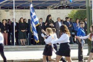 Η Νίκη Κεραμέως στη μαθητική παρέλαση της Αθήνας για την εθνική επέτειο της 28ης Οκτωβρίου