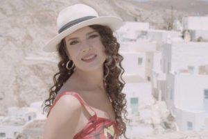 """Η Κλεονίκη Δεμίρη τραγουδάει """"Για Πάντα Καλοκαίρι"""" από την πανέμορφη Σέριφο"""