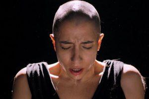 Τραγουδίστρια ξυρίζει on camera το κεφάλι της για καλό σκοπό. Tο συγκλονιστικό video της Νικολέτας Κωνσταντάκη