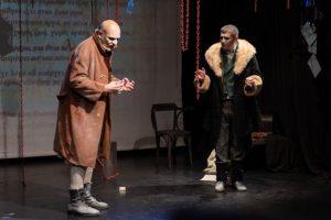 Η πολυβραβευμένη παράσταση «Το παλτό» του Νικολάι Γκογκόλ επιστρέφει στο Θέατρο Σοφούλη