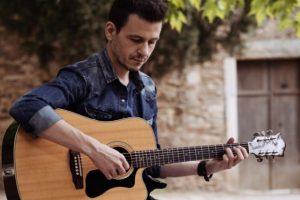 Ο Θανάσης Σκαργιώτης παρουσιάζει οπτικοποιημένο το τραγούδι του «Μπερδέματα»